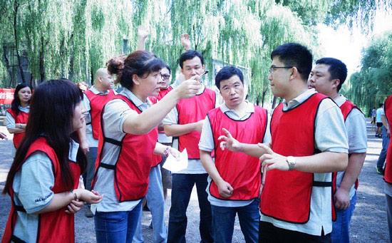 各隊隊員在賽前積極討論戰術