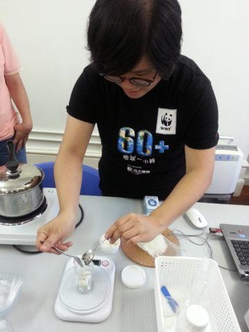 Explanation and demonstration of using organic natural materials to make organic lip balm