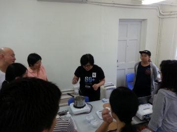 Explanation and demonstration of using organic natural materials to make organic lip balm.