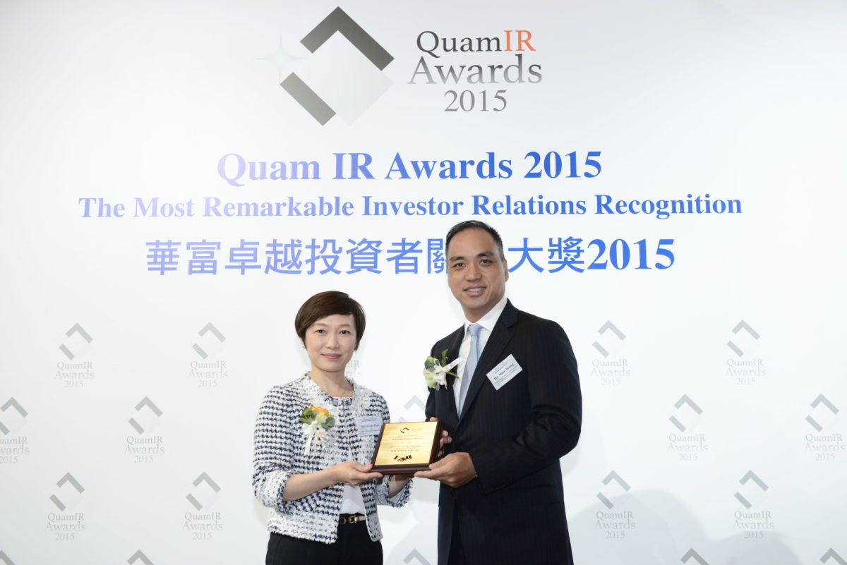 Ms Glendy Choi, CEO of D&G Technology, received the trophy from the presenter