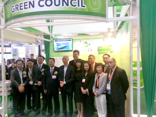 Our CEO, Ms Glendy Choi, took a photo with Hon Wong Kam-sing, GPS, JP, Secretary for the Environment of the Hong Kong SAR Government and other guests