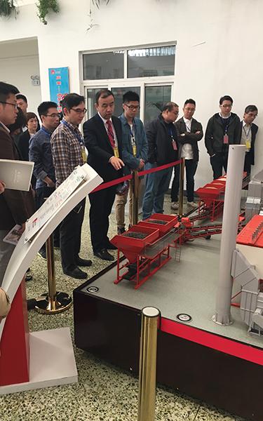 德基科技總工程師給投資者介紹瀝青攪拌設備的操作原理
