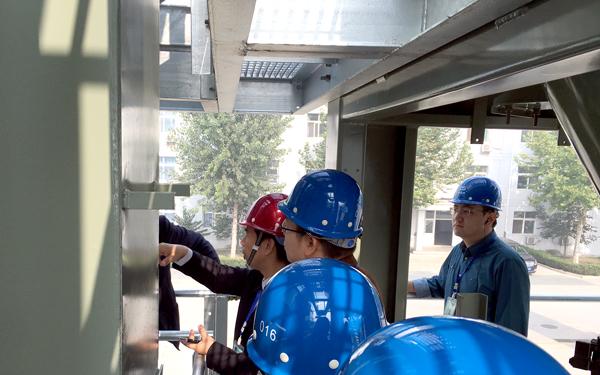 投資者在瀝青攪拌站上了解設備的運作